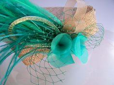 Detalle de cinta en color topo y verde esmeralda con plumas, velo, cinta tubular metálica verde, crim y flores de organza. ¡Recien salidito del horno! #cinta #tocado #headband #wedding #boda #headdress #fascinator #tocado #turquesa #turquoise #topo #pale #feathers #ostrich #plumas #organza #crinoline #crim #velo #verde #boda