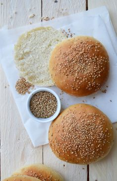 That is THE finest burger bread recipe I've ever examined; it's glorious! The bread is gentle so gentle …. you need to use it as bread for burger but in addition for crammed buns: with meat, cheese as … Burger Bread, Burger Party, Beste Burger, Cuisine Diverse, Masterchef, Cooking Chef, Snacks, Baguette, Street Food
