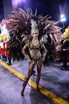 Aline Oliveira, rainha de bateria da Mocidade Alegre Foto: Leo Franco / AgNews