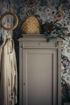 Cabinet parisian ideas makeover for furniture deco Small Room Bedroom, Master Bedroom Design, Bedroom Decor, Design Your Dream House, House Design, Interior Wallpaper, Interior Decorating, Interior Design, Black Decor