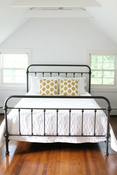 iron bed- I'm debating painting mine a different color than brown. iron bed- I'm debating painting mine a different color than brown. Home Bedroom, Bedroom Decor, Bedroom Benches, Budget Bedroom, Bedroom Ideas, Wrought Iron Beds, Metal Beds, Beautiful Bedrooms, Beautiful Interiors