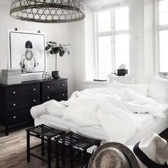 Amongst different styles of bed room decoration, modern designs have drawn huge attention. They commonly come with sleek, simple, yet clean impression. Wood Bedroom, Master Bedroom, Bedroom Decor, White Bedroom, Bedroom Inspo, Deco Boheme Chic, Suites, Minimalist Bedroom, Beautiful Bedrooms