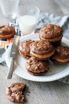 Brownie-keksit pähkinävoitäytteellä