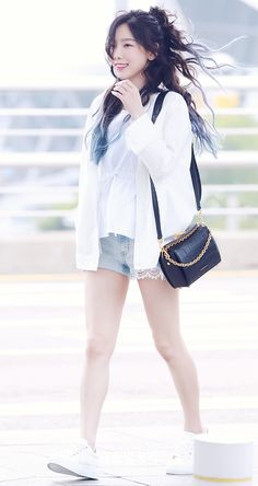 Taeyeon so cute Snsd Airport Fashion, Taeyeon Fashion, Kpop Fashion, Korean Fashion, Womens Fashion, Sooyoung, Yoona, Girls Generation, Girls' Generation Taeyeon