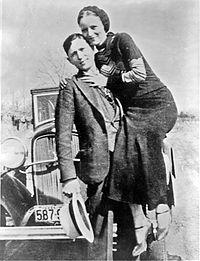 """Bonnie Elizabeth Parker y Clyde Chestnut Barrow fueron unos famosos forajidos, ladrones y criminales de Estados Unidos durante la Gran Depresión. Bonnie y Clyde captaron la atención de la prensa norteamericana y fueron considerados como """"enemigos públicos"""" entre 1931 y 1934. Aunque la banda fue conocida por los robos a bancos, Clyde Barrow prefirió el robo a pequeños comercios y gasolineras. El público creyó que Bonnie era la líder de la banda."""
