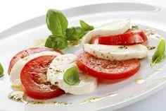 #MujerSaludable Te presentamos un snack delicioso: Rica ensalada light de queso panela, jitomate en rodajas y albahaca.  Preparación: Revolver el aceite 3 cdas. de aceite de oliva, 1 cda. de vinagre blanco y el jugo de 1/2 limón, condimentar con sal y pimienta, agregar 2 hojitas de albahaca picaditas y revolver.  Acomodar en un plato una rebanada de jitomate, luego una de queso, otra de jitomate y así sucesivamente hasta completar el círculo del plato.