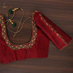 Designed with a royal colour, this blouse has cut work, bead and thread. Cutwork Blouse Designs, Simple Blouse Designs, Wedding Saree Blouse Designs, Stylish Blouse Design, Saree Blouse Neck Designs, Traditional Blouse Designs, Designer Blouse Patterns, Blouse Neck Patterns, Diana