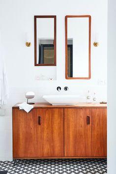 salle de bain style décoration années 30s buffet bois carrelage damier gris blanc Bathroom Toilets, Bathrooms, Style Deco, Kitchen And Bath, Interior Design Living Room, Double Vanity, Interior And Exterior, Building A House, Retro