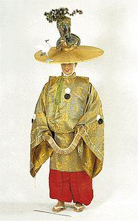 Buddhalaismunkeillakin voi olla aika villejä esiintymisasuja, tässä on menossa dengaku-tanssi. Huomatkaa hattukurki.