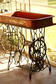 Most recent Photographs standing sewing table Suggestions Wagon/Singer Beverage cooler (beyond fab! Sewing Machine Projects, Sewing Machine Tables, Treadle Sewing Machines, Antique Sewing Machines, Recycled Furniture, Furniture Projects, Rustic Furniture, Diy Furniture, Singer Sewing Tables