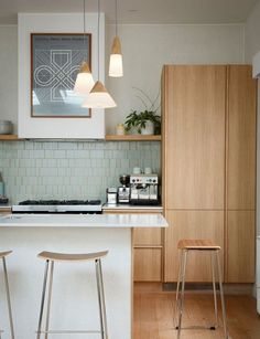 Here are the Retro Mid Century Kitchen Design Ideas. This article about Retro Mid Century Kitchen Design Ideas was posted … Farmhouse Style Kitchen, Home Decor Kitchen, New Kitchen, Kitchen Ideas, Kitchen Reno, Kitchen Cabinets, Kitchen Backsplash, Kitchen Wood, Awesome Kitchen