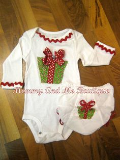 Love the ric rac trim. Christmas Onesie, Christmas Applique, Christmas Sewing, Christmas Embroidery, Christmas Fashion, Christmas Baby, Christmas Sweaters, Christmas Dresses, Christmas Presents