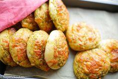 Wanneer de brood uit de oven komt ruikt het altijd zo lekker in huis! Deze pesto broodjes maak ik al een lange tijd maar heb nooit de mogelijkheid gehad om het in beeld te brengen. Ze zijn zacht…