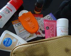 Kosmetyczkę pełną mini kosmetyków idealnych w podróży