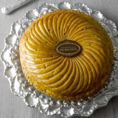 Au café Pouchkine (boutique Printemps Haussmann) Une Galette des Rois Noisette et Mandarine - Crème à la noisette parfumée à la mandarine confite de Corse.