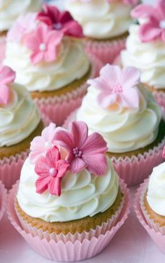 love the flowers on the cupcakes and the way the icing has been done