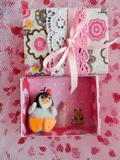 dans une boite d'allumette customisé, un mini univers avec un petit bébé sylvanian families