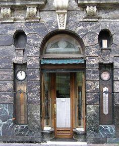 Joyería Epelde - Entrada por la plazoleta a la óptica con el reloj y el barómetro a ambos lados de la puerta. 2005