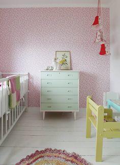 SUKKERSØTT: Tapetet på dette barnerommet heter Cherry Blossom og er fra Pip Studio. En teakkommode ble ny med mintfarge. Lampen er fra Bohus.
