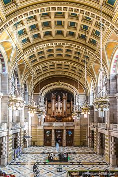 The interior of the Kelvingrove Museum in Glasgow, Scotland is stunning. This is one of the best places to go in Glasgow. Visit Glasgow, Glasgow City, Glasgow Scotland, Edinburgh, Cool Places To Visit, Places To Travel, Places To Go, Scotland Travel Guide, Northern Ireland