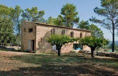 Une maison neuve taillée en pierres sèches avec aucun joint entre les pierres