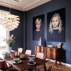 dark blue walls I sötétkék falak Foto Pixel, Green Leaf Wallpaper, Dark Portrait, Bright Homes, Dining Nook, Inspiration Wall, Hello Beautiful, Apartment Interior, Interior Doors