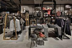 Kastner & Oehler en Ried im Innkreis (Austria), por Blocher Blocher Partners Clothing Store Displays, Clothing Store Design, Commercial Interior Design, Commercial Interiors, Visual Merchandising Fashion, Retail Store Design, Store Interiors, Retail Space, Design Furniture