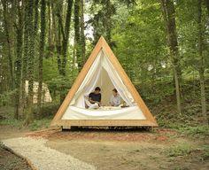 """Lushna est une cabane en bois triangulaire.En misant sur le""""Glamping"""" (le camping glamour), vous aurez alors l'impression d'être en pleine nature."""