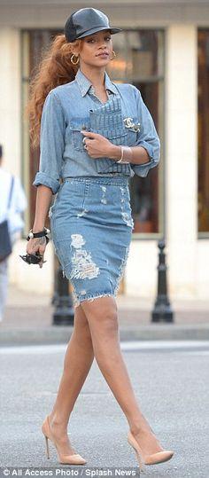 Denim-on denim is such a big trend right now, and Rihanna is pulling this look off! rihanna-denim-on-denim-outfit-jean-skirt Rihanna Mode, Estilo Rihanna, Rihanna Style, Rihanna Casual, Rihanna Fashion, Double Denim, Jupe Crayon Denim, Denim Pencil Skirt, Denim Skirts