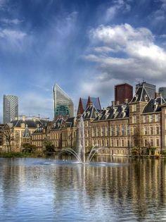 Den Haag - De Hofvijver is het water naast het Binnenhof in het centrum van Den Haag.  Het is ook dé plek om foto's te maken van de Haagse skyline met het Binnenhof en Torentje, het Mauritshuis.