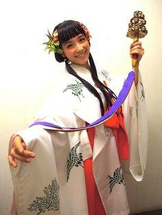 2013年お正月の篠原ともえ巫女!☆!ずっと着ていたいくらい好きなお衣裳でした☆♪☆イヤリングはシノラー時代のロングヘアーだよ!→