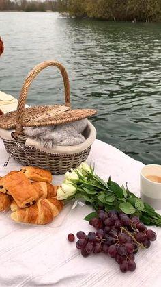 Picnic Date Food, Picnic Set, Picnic Time, Picnic Foods, Beach Picnic, Summer Picnic, Picnic Ideas, Nature Aesthetic, Aesthetic Food