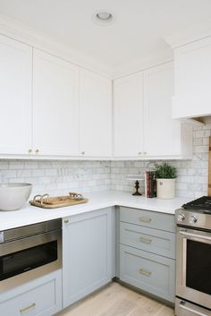 Small kitchen it is not so bad! You can perfectly decorate your cook room and make this room beautiful and cozy. Look through this list with amazing small kitchen design ideas. Gold Kitchen, New Kitchen Cabinets, Grey Cabinets, Kitchen Reno, Kitchen Backsplash, Kitchen Dining, Kitchen Remodel, Kitchen Size, Kitchen Small