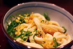 Udon Nudeln sind richtig dicke Nudeln die aus Weizenmehl hergestellt werden. Hier hat man richtig was im Mund 🙂 Udon gibt es in vielen verschiedenen Variationen- warm, kalt, als Suppe, gebraten, als Beilage oder Hauptgericht. Natürlich kann man während der … Weiter