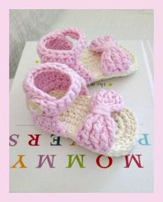 Free Pattern Finds for Monday at Crochet Cricket! Featured this week adorable free crochet pattern for baby sandals straps are made with a bow!!! I love it.