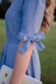 Have you ever thought how stylishly sleeves can transform the overall look of an outfit? Sleeves are the most overlooked part of an outfit. Kurti Sleeves Design, Sleeves Designs For Dresses, Sleeve Designs For Kurtis, Kurta Designs, Blouse Designs, Dress Designs, Look Fashion, Womens Fashion, Diy Fashion