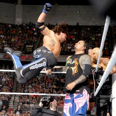 Raw 5/9/16: Roman Reigns & The Usos vs. The Club – Six-Man Elimination Tag Team Match