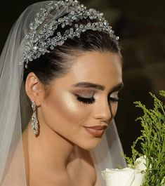 Tips Of Styling Wedding Necklaces For Brides Which Can Flatter Your Wedding Dress Bridal Makeup Looks, Wedding Hair And Makeup, Headpiece Wedding, Bridal Headpieces, Big Wedding Dresses, Bride Hair Accessories, Wedding Hair Down, Bride Look, Turbans