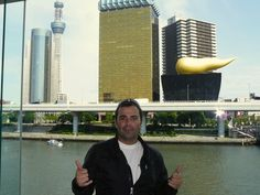 Rio Sumida, con el edificio de la cervecería Asahi detras y la Sky tree Tower al lado en el barrio de Asakusa, Tokyo, Japon
