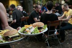 Burger im Kaiser Wilhelm und im Biergarten sitzen. Gibt fast nichts schöneres bei dem Wetter.