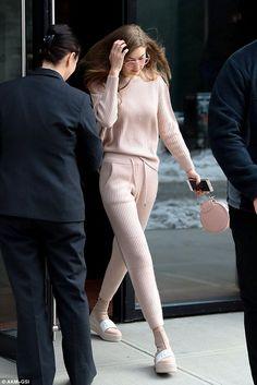 Look all pink: entre nessa onda também. Gigi Hadid, cojnutinho rosa, suéter rosa, calça rosa, tênis, bolsa e óculos rosa, monocromático