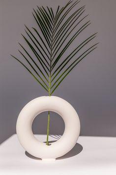 Valeria Vasi is a Barcelona-based ceramic practice that makes sculptural, defined vases. The decorative pieces are created by artist and designer Valeria Vasileva, who handcrafts. Sculpture Lessons, Sculpture Clay, Ceramic Flowers, Ceramic Vase, Diy Clay, Clay Crafts, Flower Vases, Flower Pots, Keramik Design