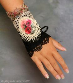 I get so excited when I find a hand accessory. I love the fingerless gloves and the mitt-like hand accessories. Not sure what they are calle. Textile Jewelry, Fabric Jewelry, Jewelry Art, Jewellery, Fabric Bracelets, Cuff Bracelets, Tissu Style Shabby Chic, Bracelet Crochet, Rose Crafts