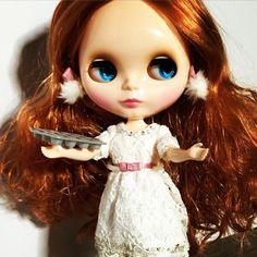 """Esme out of her coat and baking muffins. Keeper! #blythe #blythedoll #dollstagram #BBPF #blingblingpartyfur"""