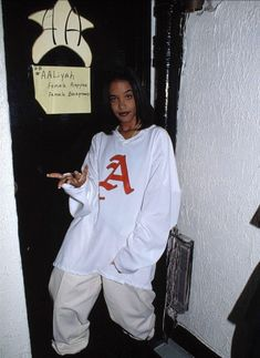 Aaliyah Dana Haughton an America singer and actress and the youngest singer to perform at the oscars in 1988 with 'Journey to The Past'.Her inspirational quotes have motivated so many of the artistes we have today. 2000s Fashion, Hip Hop Fashion, Look Fashion, Fashion Outfits, 90s Urban Fashion, Tomboy Fashion, Lolita Fashion, Fashion Boots, Fashion Women