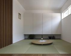 畳コーナー 間仕切り格子|注文住宅のアキュラホーム Japan Apartment, Japanese Modern House, Washitsu, Tatami Room, Natural Interior, Japanese Architecture, New Homes, Kitchen Cabinets, Furniture