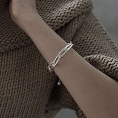 Gehäkeltes Armband in Silber mit einem Wollknäuel. Eine Schmuckkollektion hier auf meinem Shop Shops, Jewelry Knots, Knitting, Bracelets, Fashion, Crochet Bracelet, Silver, Moda, Tents