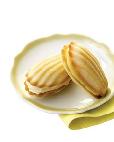 Madeleine Sandwich Cookies To make the shell-shaped cookies even more mouthwatering, spread a layer of fruity frozen yogurt or lemon curd between two store-bought madeleines, and serve immediately so they don't melt. Tea Cakes, Biscotti, Lemond Curd, Cookie Recipes, Dessert Recipes, Icing Recipes, Madeleine Recipe, Martha Stewart Recipes, Madeleines Recipe Martha Stewart