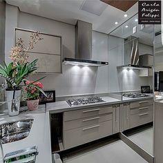 Cozinha compacta e linda destaque para o espelho que aumenta a sensação de amplitude do ambiente . Projeto Carla Felippe