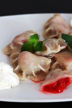 Pierogi z truskawkami + video jak lepić pierogi - przepis Marty Tortellini, Ravioli, Fruit Recipes, Hacks, Drink, Meat, Chicken, Desserts, Food